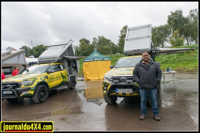Dror Harel devant un Hi-Lux équipé d'un hard-top et d'une tente de toit rigide Alu-Cab