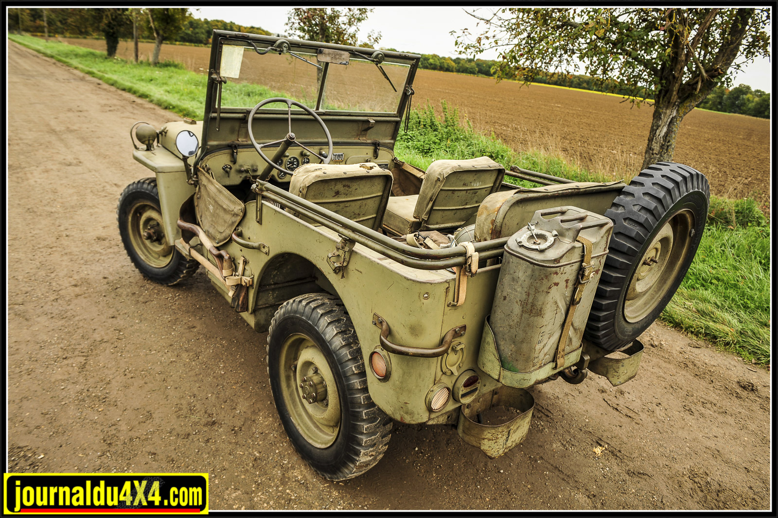Jeep GPW FORDLes pneus ne sont plus d'origine mais conservent le bon profil, sur les jantes de combat on informe toujours qu'il faut dégonfler les pneus avant de démonter les jantes