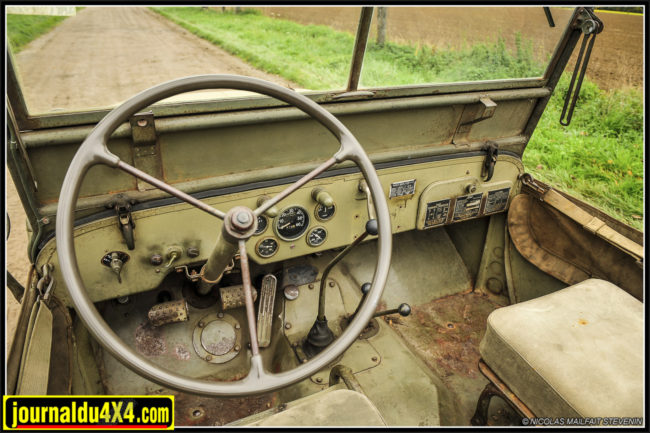 """Tableau de bord dans son jus comme l'ensemble de cette Ford qui semble insensible du temps qui passe. Le volant est de marque """"Sheller"""" de teinte verte. Il était noir sur les VEP (Very Early Project). On passe en 3 branches métal nues et revêtement mince périphérique vert"""