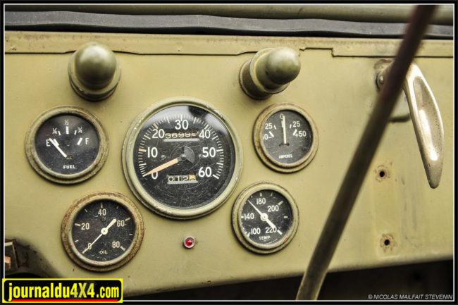 Les compteur et manos Stewart Warner sont des classiques à aiguilles larges. Sur la jauge Fuel a depuis longtemps remplacé Gas. L'ampère mètre affiche + ou- 50-25 et le compteur affiche 36 999 Miles d'origine!