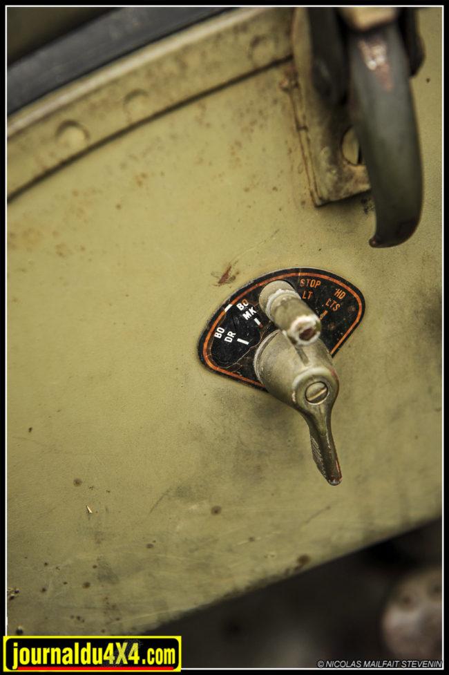 Les commutateurs d'éclairage rotatif et les tirettes sont des modèles Ford de fin de production de guerre
