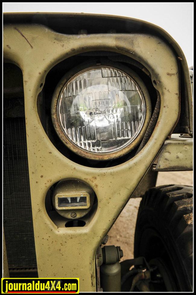 """Les phares sont des versions """"SEALITE"""" monoblocs sertis, d'origine. On note les fils coton qui sont toujours d'origine. Les feux de blackout sont eux aussi siglés Ford."""