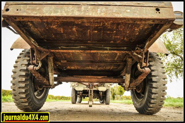 Comme le voulait le cahier des charge, la remorque disposait non seulement des roues, mais aussi des suspensions (lames et amortisseurs) standards de la Jeep Willys. Peu de différence entre remorque Willys et Bantam. Une soudure au milieu de l'essieu et les amortisseurs fixés par des goupilles, c'est bien une Willys. On remarque qu'il y a bien 8 lames par paquet avec cerclages tout autour comme sur les Willys et non pas comme sur les Ford