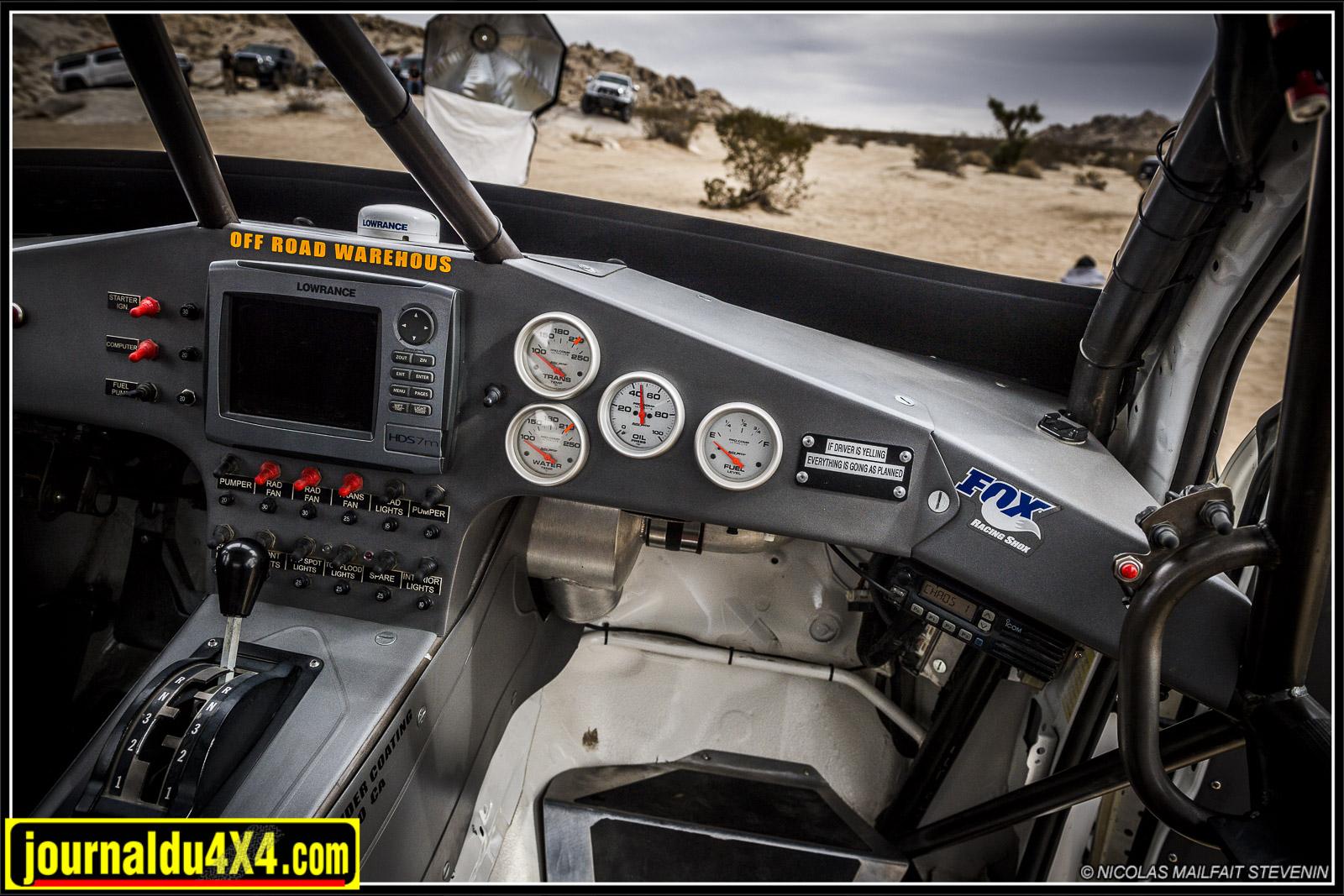 la plupart des instruments de bord sont situés face au copilote. Nicole peut ainsi se concentrer sur la conduite du Tacoma