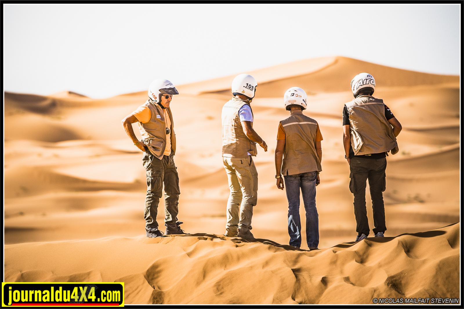 Dans le dunes les équipages peuvent rouler ensemble et s'entre aider