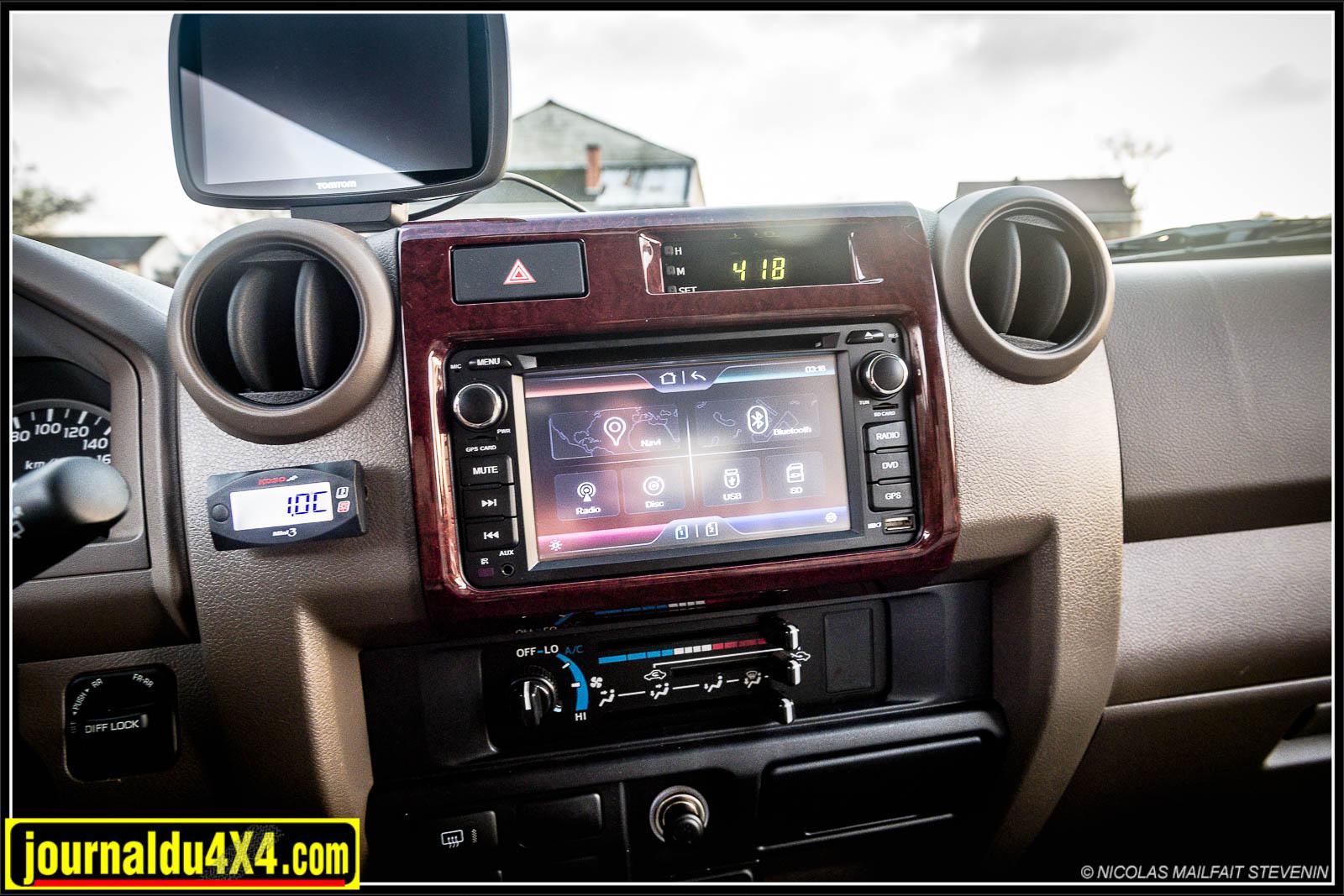 Une horloge digitale dernier cri, une climatisation manuelle, mais quand même un écran pour le mutimédia et le GPS