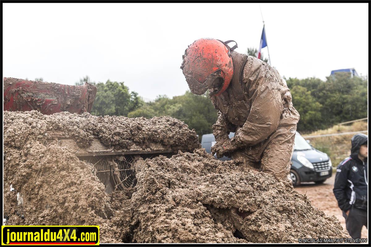 king of spain les comes ; sous la boue il y a une voiture, si si ...