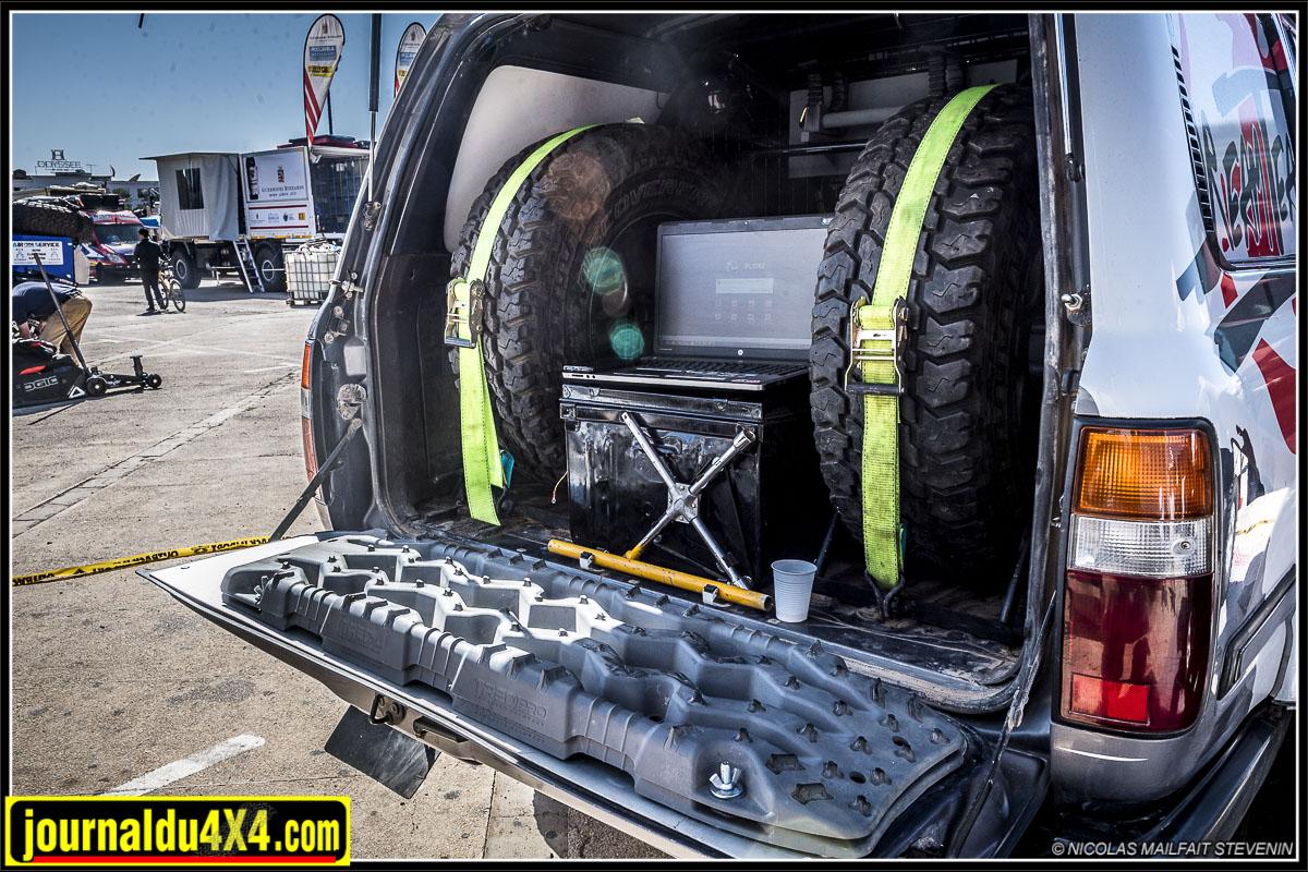 plaque à sable et roues de secours du HDJ80