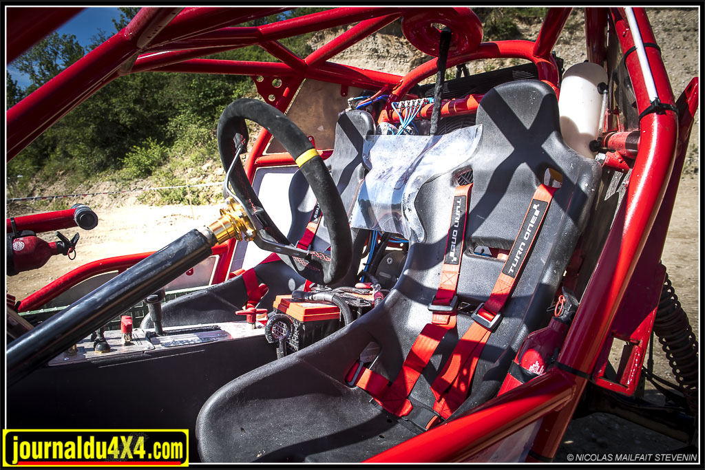 Le Red Spider est équipé de sièges baquets et de hranais bien sur !
