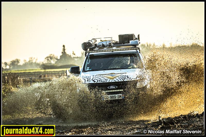Le Ford Ranger préparé par Outback Import et son kit suspension Wombat à l'épreuve du terrain de la Ferté Gaucher.