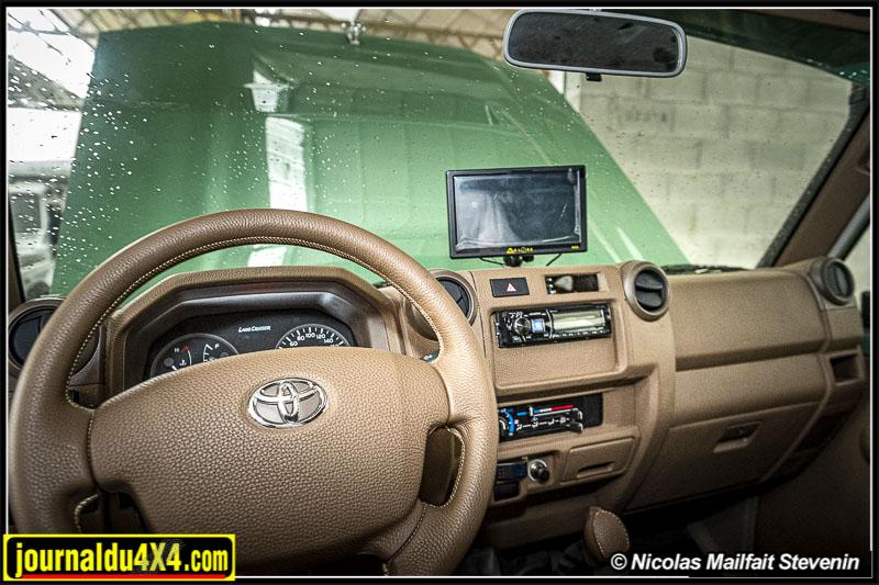 Toyota Land Cruiser VDJ 79 6x6, un intérieur rustique.