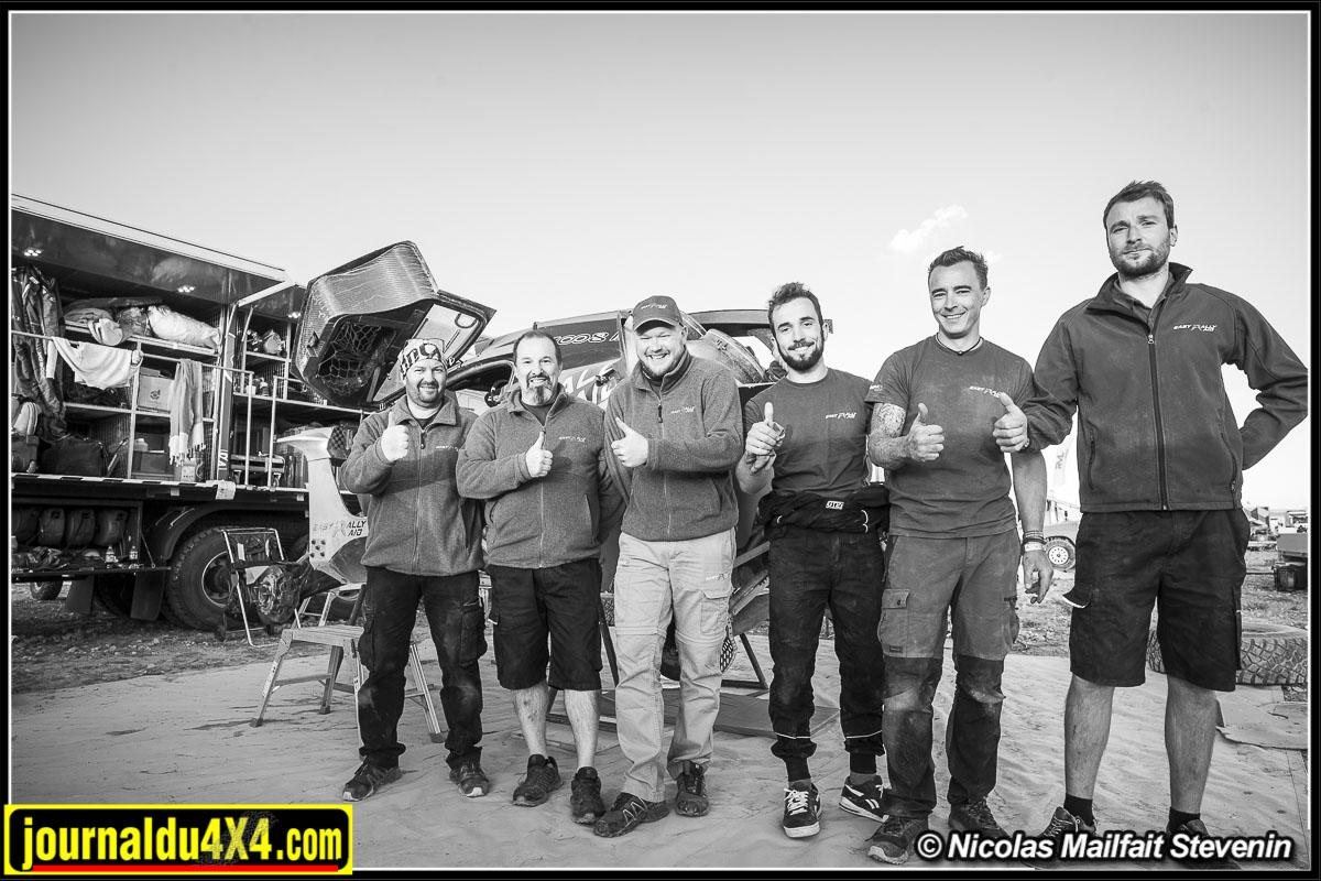 La valeureuse équipe d'assistance de la Peugeot 3008 DKR maxi au Morocco desert Challenge