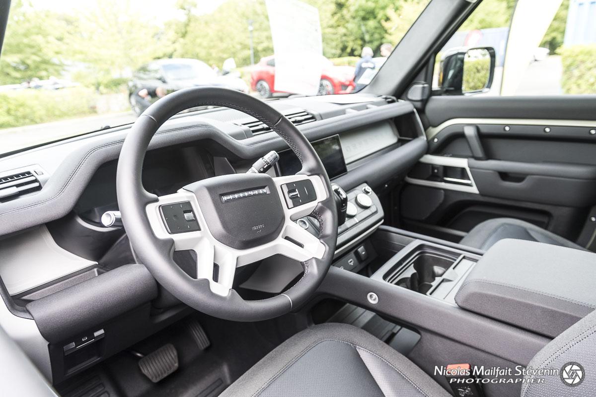 Le nouveau Land Rover Defender est passsé à un intérieur très bien fini et moderne.