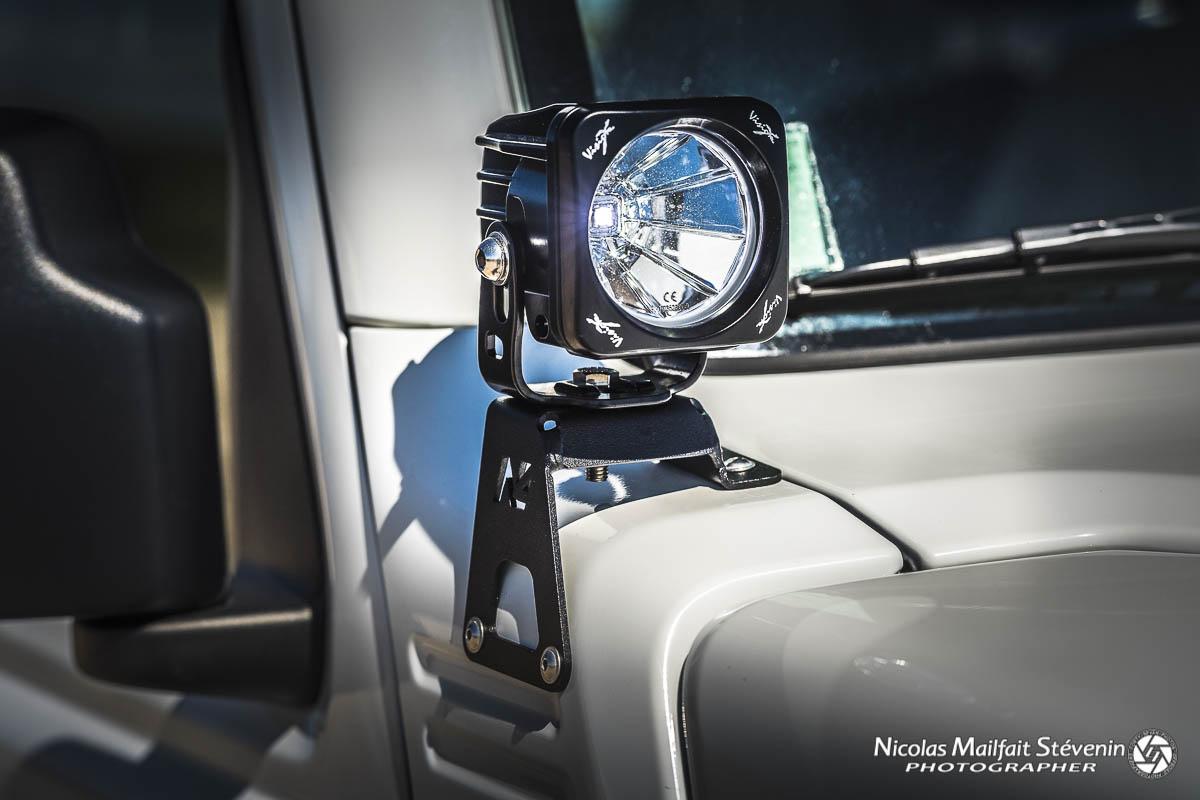 Feux à LED VisionX Optimus sur leurs supports N4 de chaque côté du pare brise.