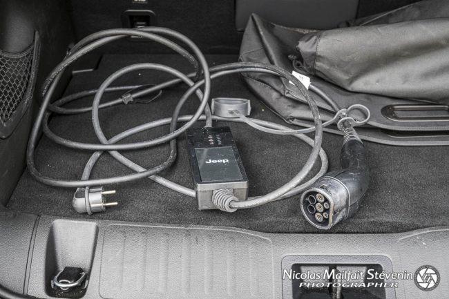 Le câble pour se recharger sur une prise standard