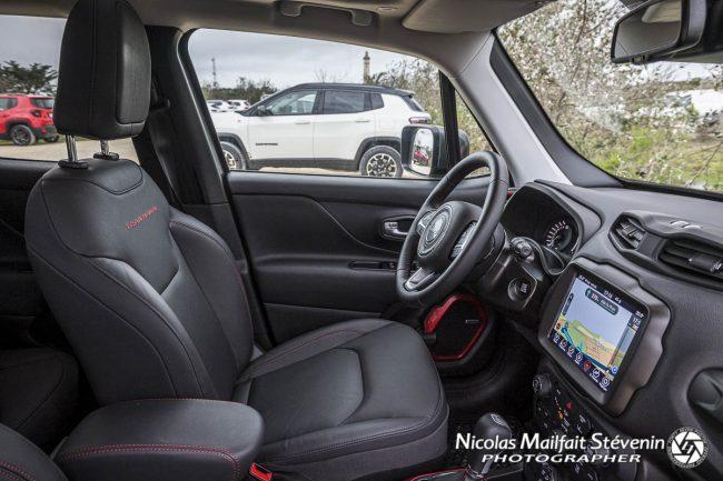 L'intérieur est confortable et on dispose de série de beaucoup d'aides à la conduite