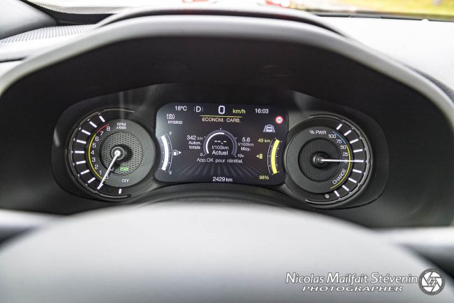 Le tableau de bord indique la puissance délivrée ou la récupération d'énergie du moteur électrique
