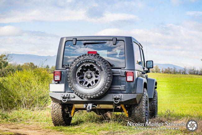 Le pare-chocs arrière de la Jeep est un Rugged Ridge, ici avec deux manilles rajoutées