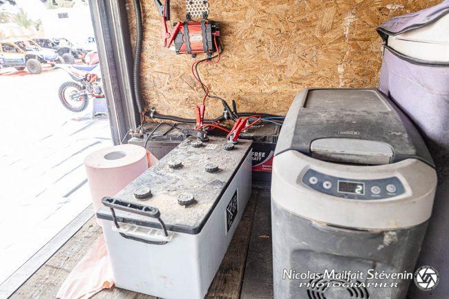 Zone de recharge des batteries et frigo pour les bouteilles d'eau glacée donnée le matin avant le départ