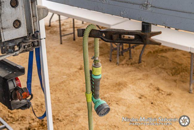 La douchette (700 litres d'eau en réserve) pour se laver les mains ou rincer des pièces, etc
