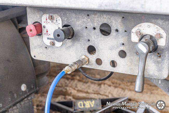 On trouve des prises pour l'air comprimé un peu partout autour du camion pour raccorder ses outils
