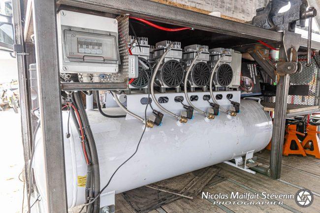 4 moteurs pour le compresseur, les mécanos ne sont pas près de manquer d'air car la capacité avec les différentes bombonnes est de 1000 l à 9 bars