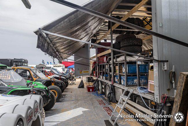 4x4, SSV, bien alignés le long du camion d'assistance et de logistique rally raid du Garage Couteau, avant la course