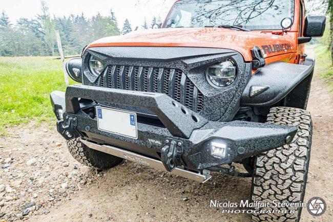 le pare-chocs Rival acier avec son gros A Bar et ses crochets donnent un côté baroudeur à notre Jeep